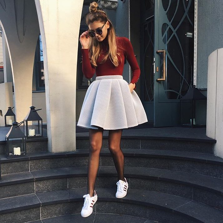Flared Scuba Pleated Skirt With White Sneakers For Spring 2019