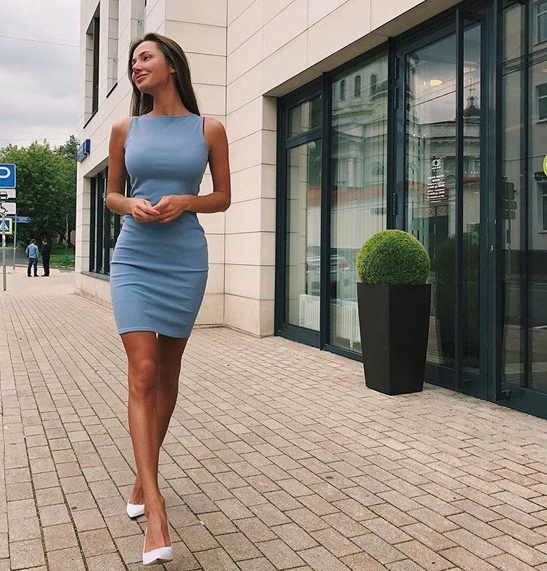 Light Blue Sleeveless Slim Dress And Pointed-toe White Heels For Summer 2020