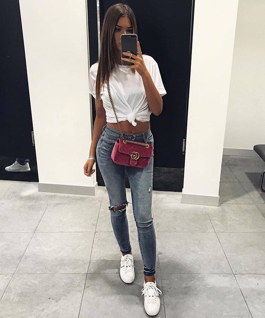 White Front-Tied T-Shirt And Blue Skinny Jeans With White Sneakers For Summer 2021