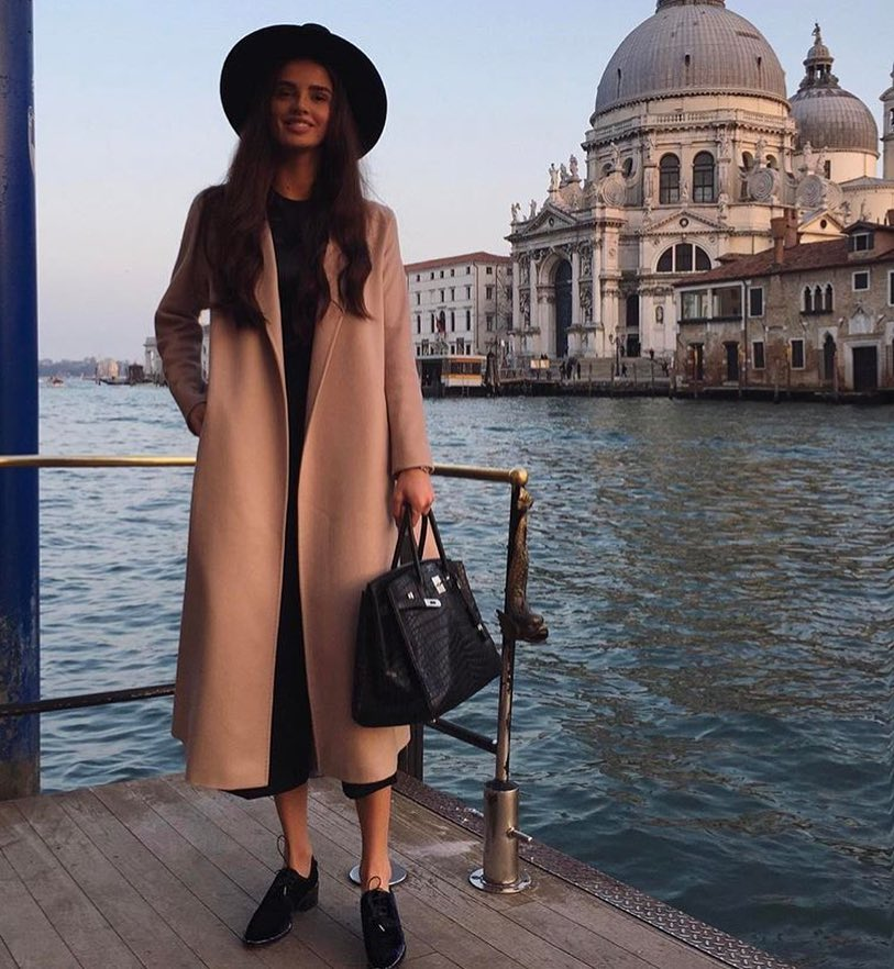 Spring Outfit For Venice: Camel Coat, Wide Brim Hat And Black Jumpsuit 2019