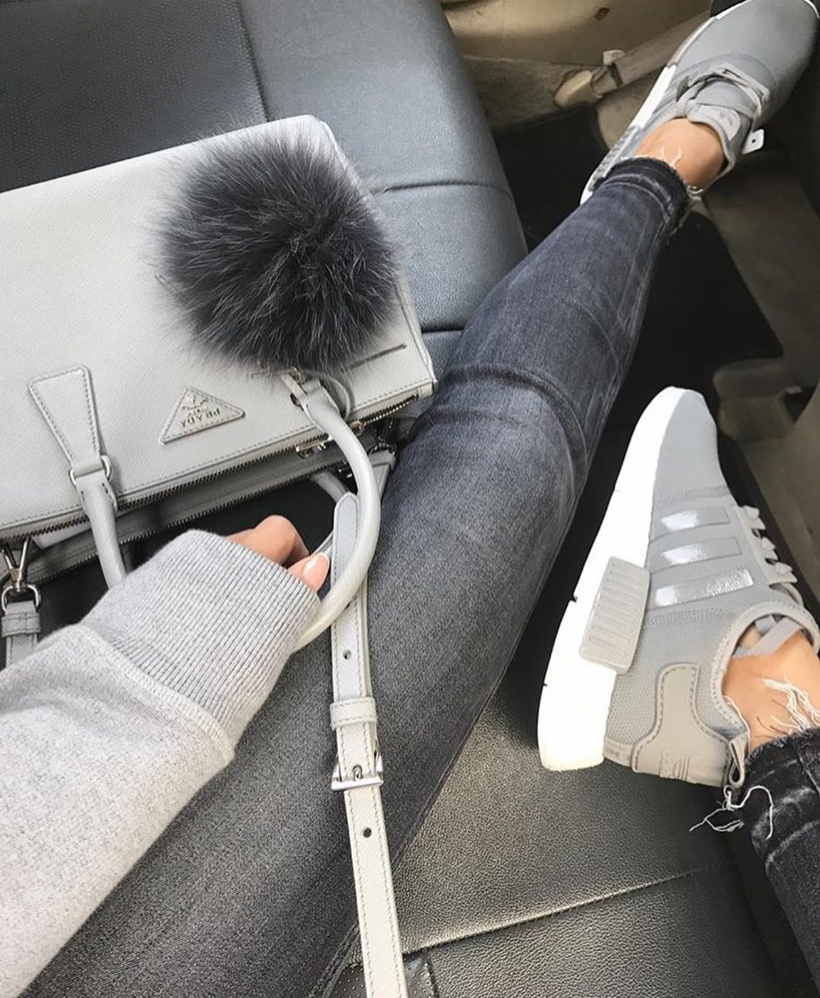 Monochrome Outfit Idea In Grey: Sneakers, Jeans, Pullover And Bag 2019
