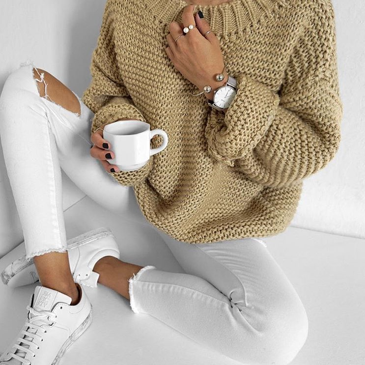 Oversized Sweater, White Skinny Jeans And White Sneakers For Spring 2019