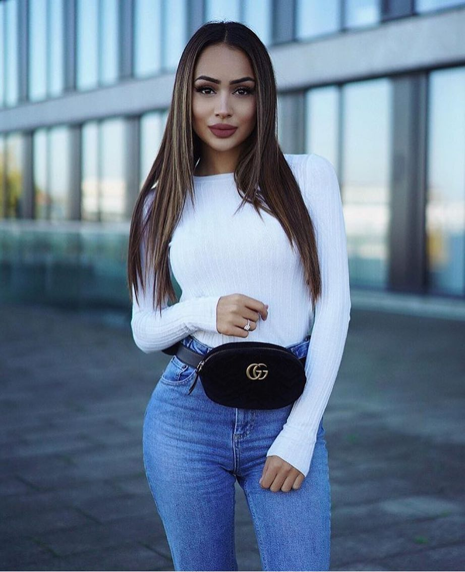 How To Wear Fanny Pack With White Sweater And Blue Jeans This Spring 2019