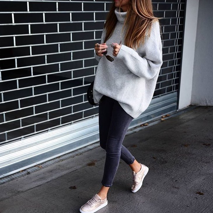 Normcore Basics For Spring: Oversized Sweater, Skinny Jeans And Sneakers 2020