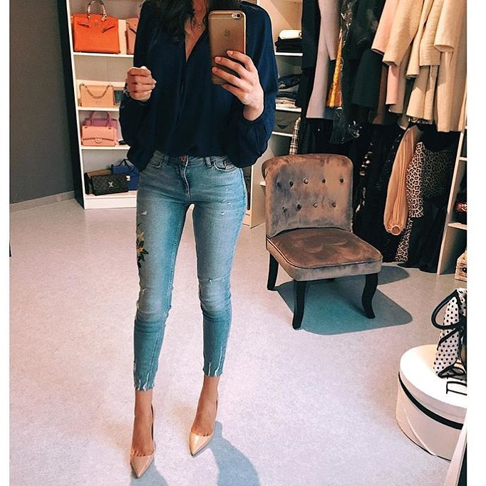 Spring Essentials: Dark Blue Blouse, Washed Blue Skinnies And Nude Heels 2020