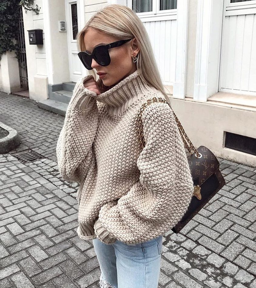 Cream Beige Oversized Turtleneck Sweater With Wash Skinny Jeans And Oversized Sunglasses For Fall 2020