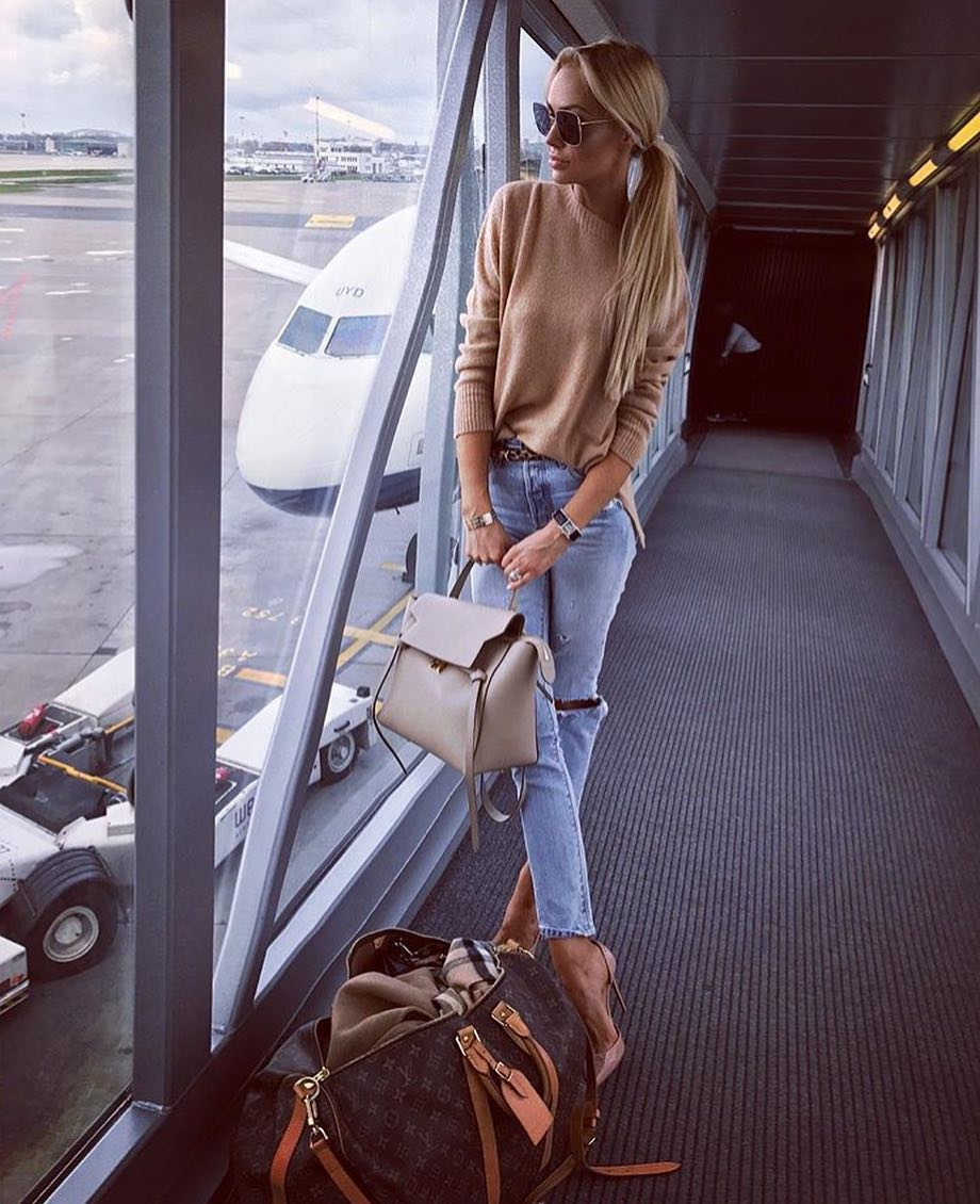 Airport Style: Beige Sweater And Blue Ripped Jeans With Beige Pumps 2020